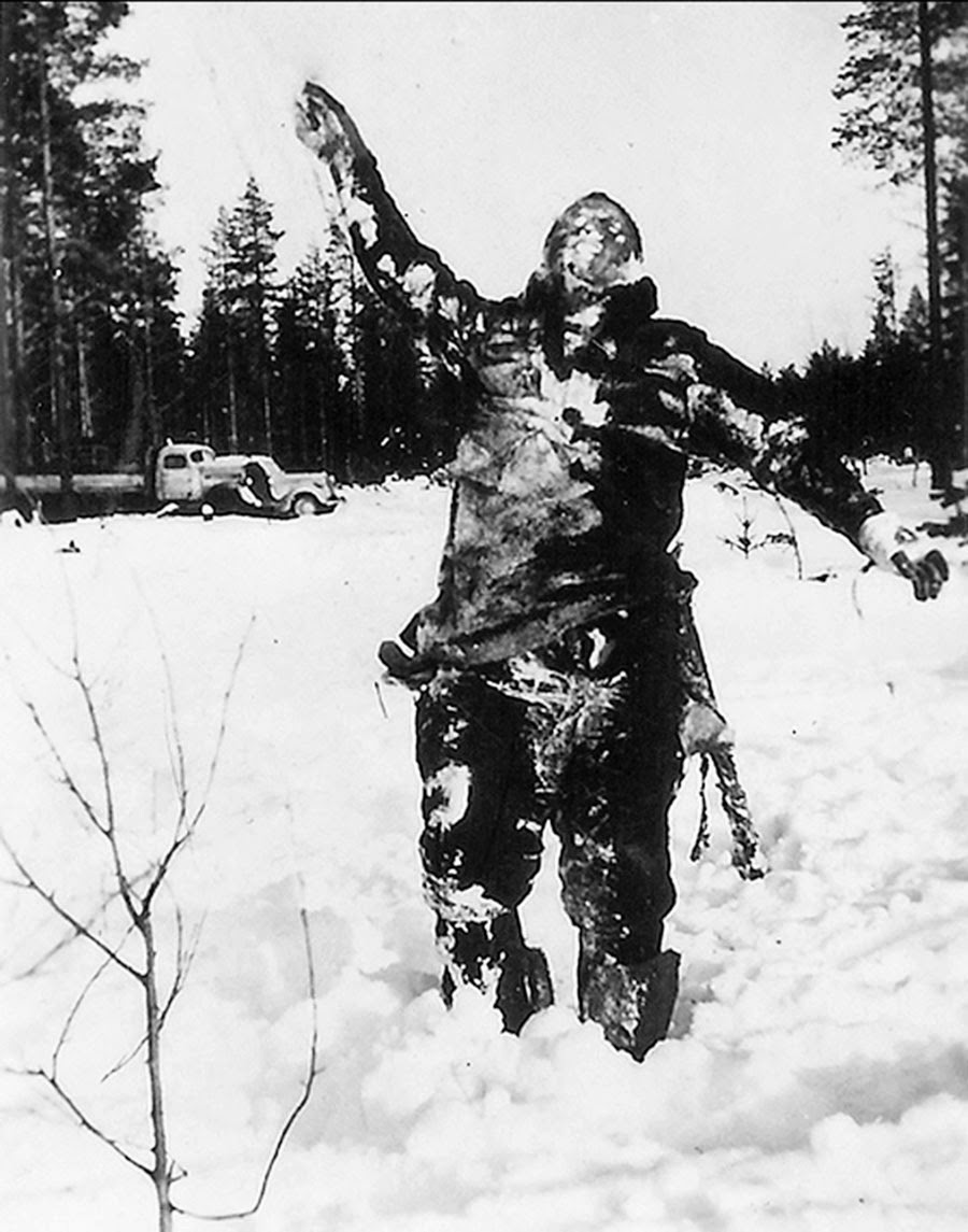 Body of frozen Soviet soldier propped up by Finnish fighters to intimidate Soviet troops, 1939